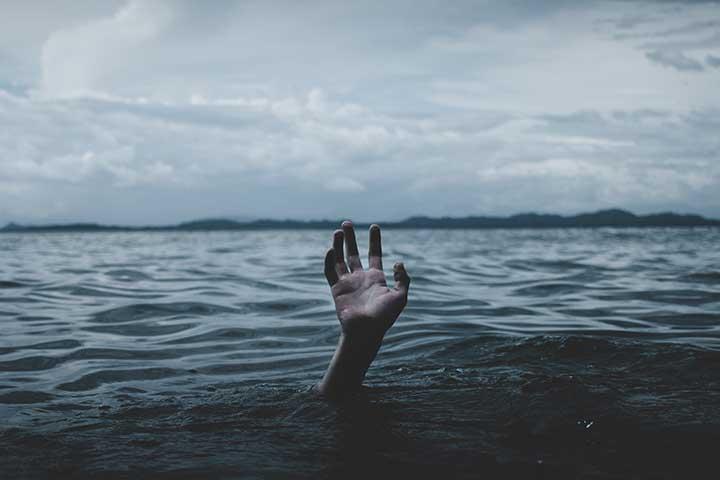 mano in acqua simbolo di confusione per ossessioni pure