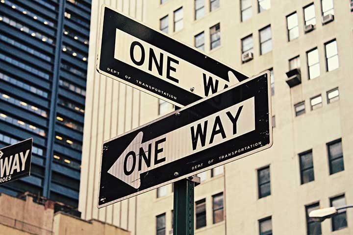 cartelli stradali che indicano due direzioni diverse
