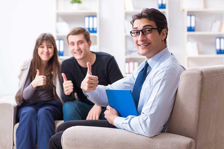 psicologo e pazienti felici dopo aver cambiato psicologo