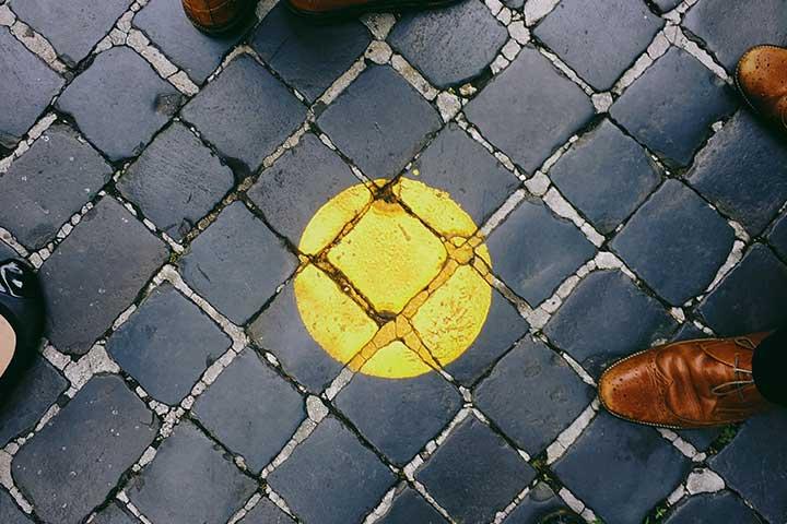 pallino su pavimento come metafora di fissa o mania
