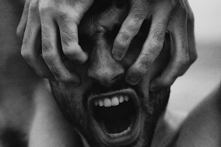 persona che urla con ansia e doc