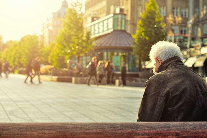 anziano con ansia seduto a una panchina