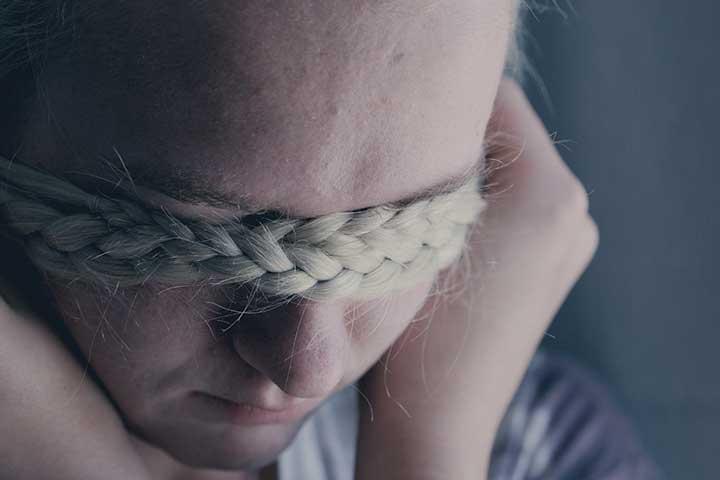 ragazza triste indecisa se andare dallo psicologo