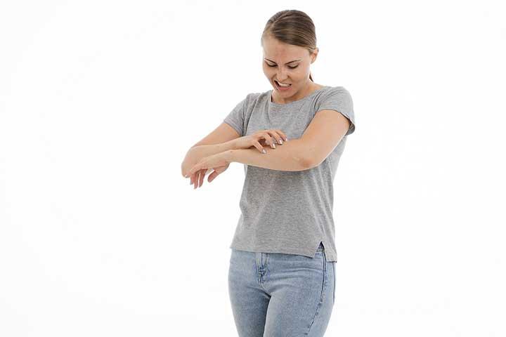 donna che si gratta con disturbo da escoriazione dermatillomania