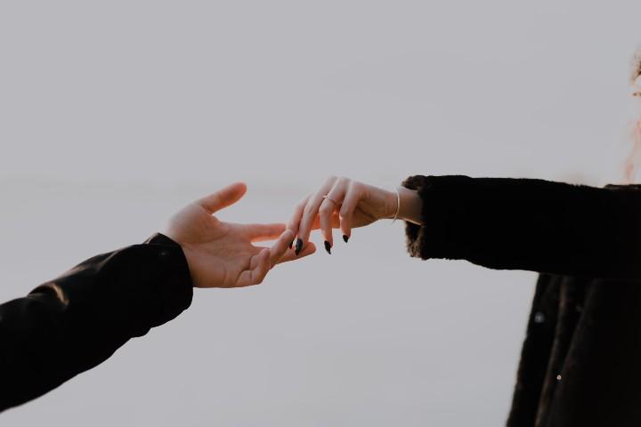 mani che si lasciano metafora della paura diell'abbandono