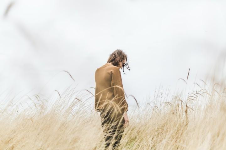 persona nel campo di grano ha paura di rimanere sola