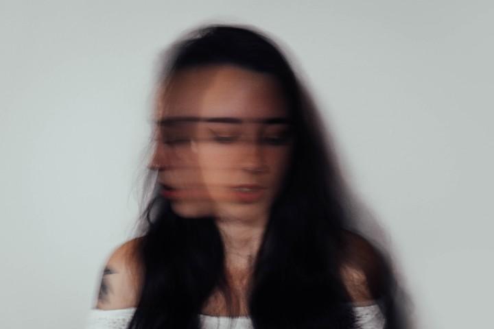 ragazza affetta da ansia da disturbo ossessivo compulsivo cerca di uscirne
