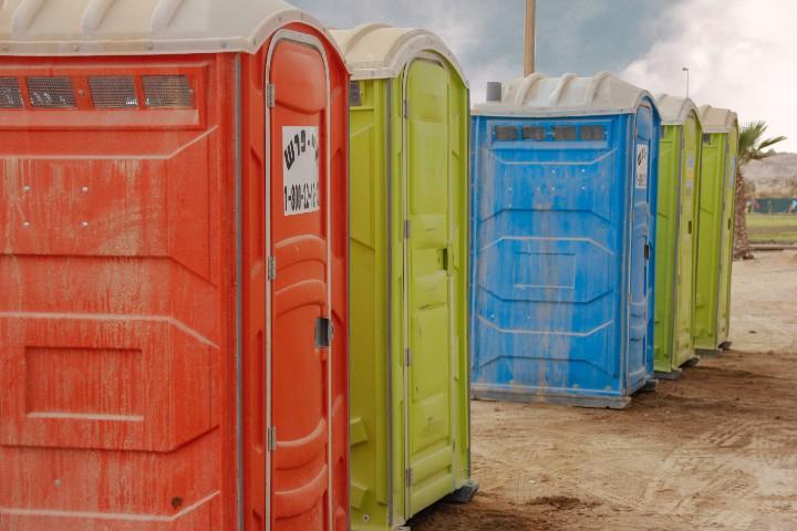 nella paura di farsela addosso individui controllano presenza di bagni nei luoghi dove si recano