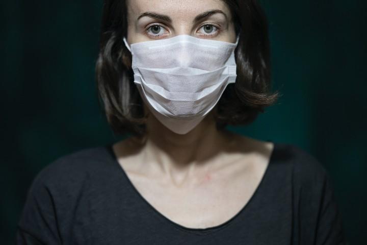 donna affetta da disturbo ossessivo compulsivo da coronavirus con mascherina