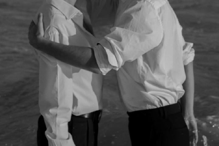 immagine mostra due uomini con paura di essere omosessuale