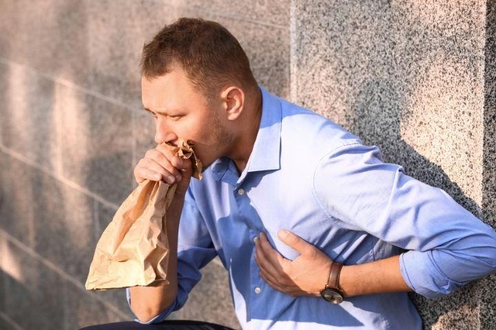 Uomo con sintomi di attacco di panico