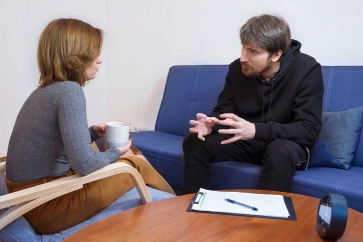 Ragazzo chiede aiuto ad una psicoterapeuta