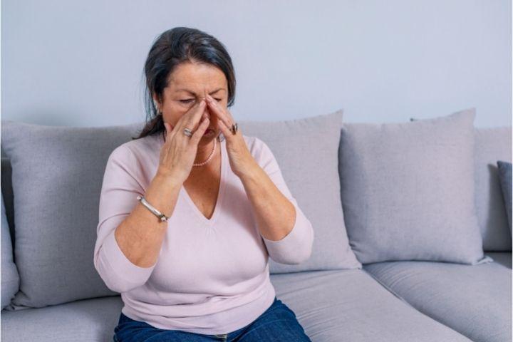 Donna che soffre di attacchi d'ansia